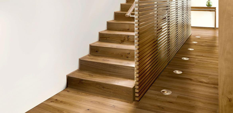 Parkett und Stufen im gleichen Design Parkett und Treppen